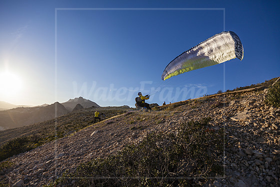 Gleitschirm-Pilot startet vom Morro de Toix / Paraglider taking off at Morro de Toix