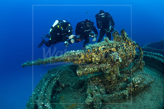 Taucher erkunden Geschuetz am Bug des LST 349 Wrack / Rebreather Diver exploring the Gun on Bow of LST 349 Wreck