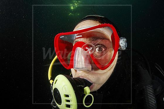 Taucher und Suesswasserqualle / Diver and Freshwater Jellyfish / Craspedacusta sowerbii