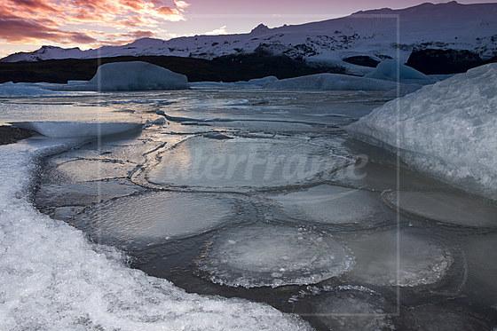 Tellereis am Joekulsarlon Gletschersee / Pancake Ice at Joekulsarlon Glacial River Lagoon
