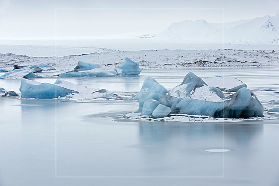 Blaues Eis am Joekulsarlon Gletschersee / Blue Ice at Joekulsarlon Glacial River Lagoon